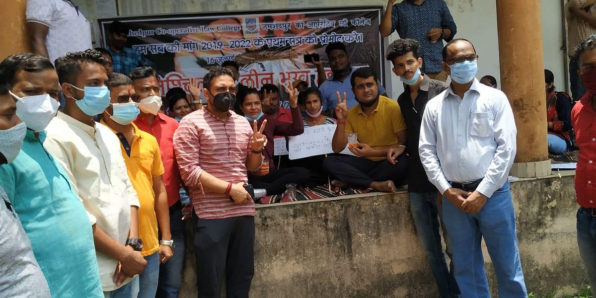 जमशेदपुर को-ऑपरेटिव लॉ कॉलेज के विद्यार्थियों की भूख हड़ताल खत्म, आज ही घोषित होगी परीक्षा की तारीख