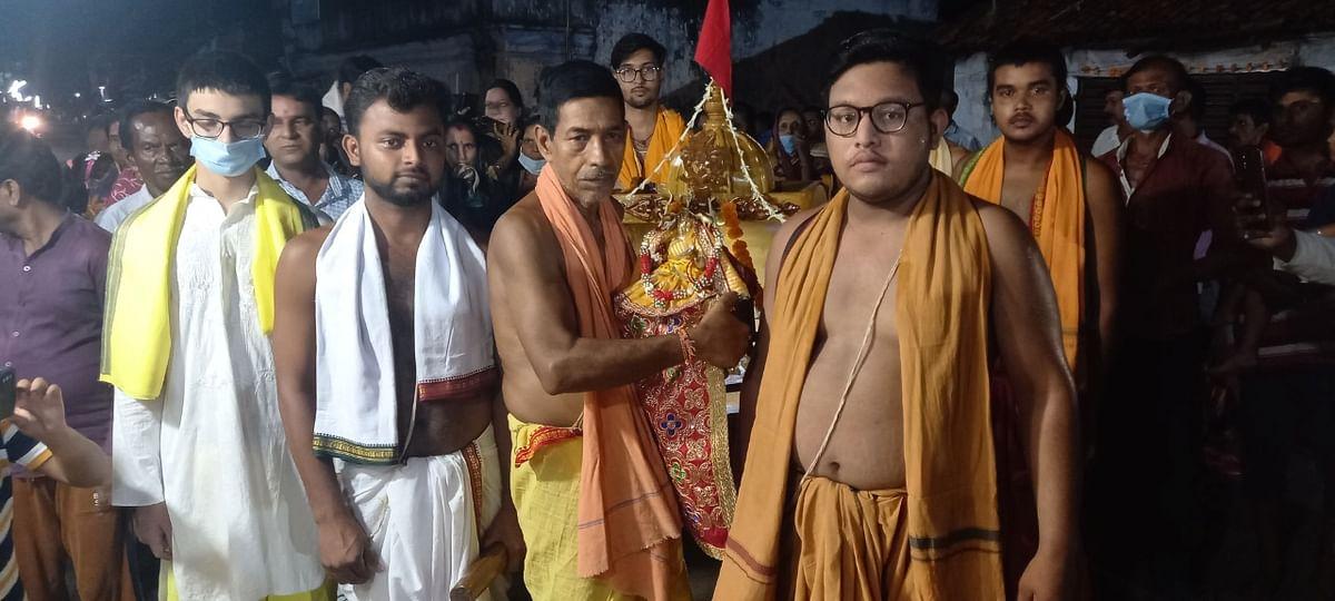 खरसावां में मां लक्ष्मी को गुंडिचा मंदिर ले जाते पुजारी व श्रद्धालु