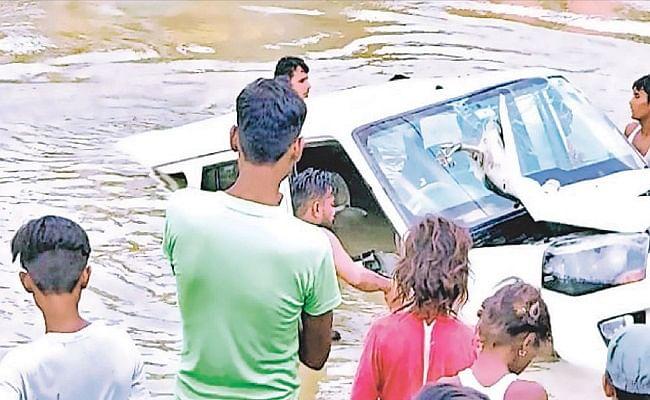बिहार: अनियंत्रित होकर नदी में जा गिरी स्कॉर्पियो, सड़क निर्माण में लापरवाही बरतने का लगा आरोप