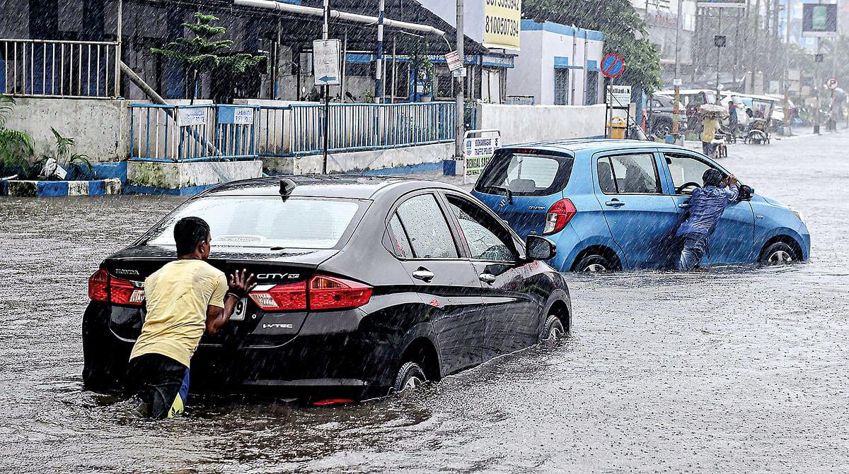 पानी में फंसी कारों को धक्का देकर लगाया किनारे