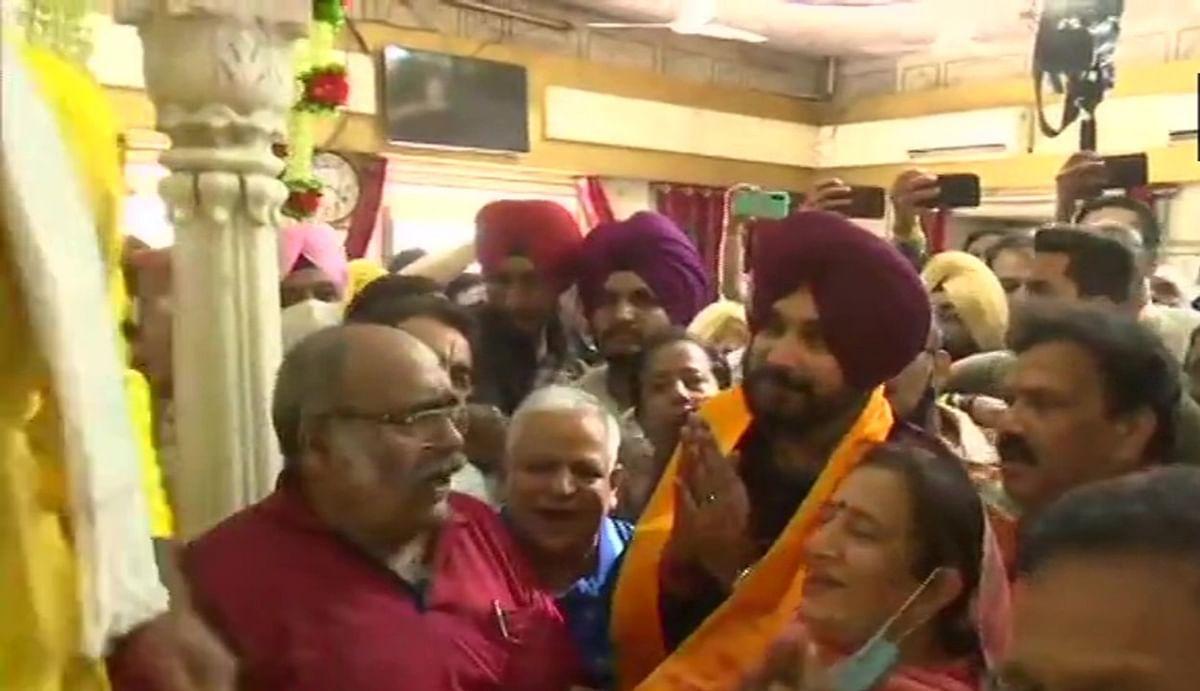 नवजोत सिंह सिद्धू का शक्ति प्रदर्शन : पंजाब कांग्रेस अध्यक्ष ने 62 विधायकों के साथ स्वर्ण मंदिर में टेका मत्था