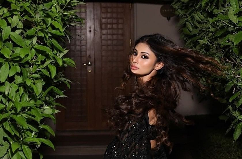 naagin fame shivanya aka Mouni Roy stuns the fans in a black saree actress naagin look goes viral