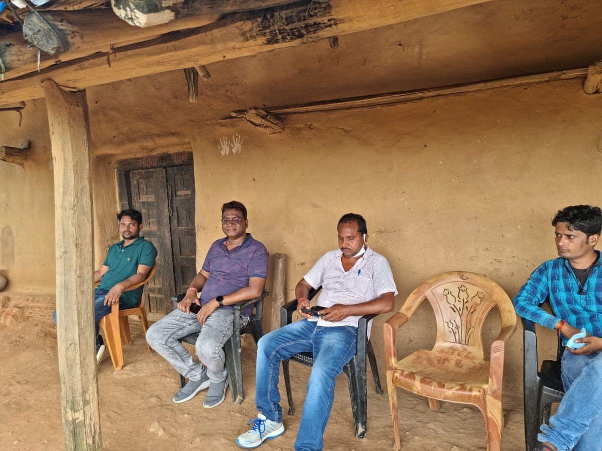 आजादी के 7 दशक बाद उग्रवाद प्रभावित अमन गांव पहुंचे पदाधिकारी,ग्रामीणों के चेहरे खिले,अब भी बदलेगी तस्वीर !