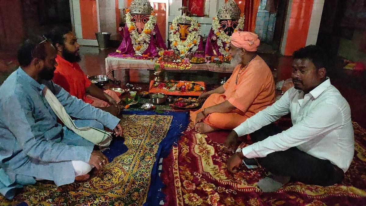 चांडिल के जगन्नाथ मंदिर में प्रभु जगन्नाथ की महाआरती करते महंत विद्यानंद सरस्वती जी