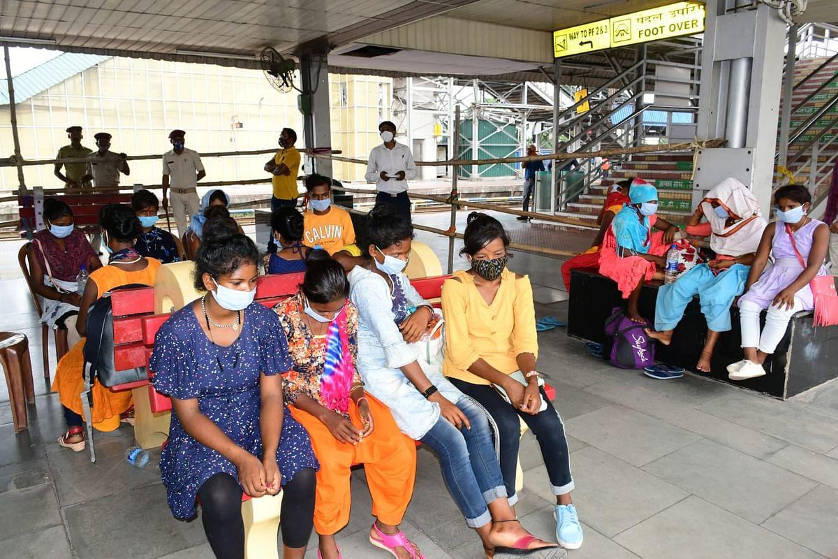 काम दिलाने के बहाने झारखंड से आंध्र प्रदेश ले जायी जा रहीं 3 नाबालिग समेत 15 लड़कियां बाल-बाल बचीं