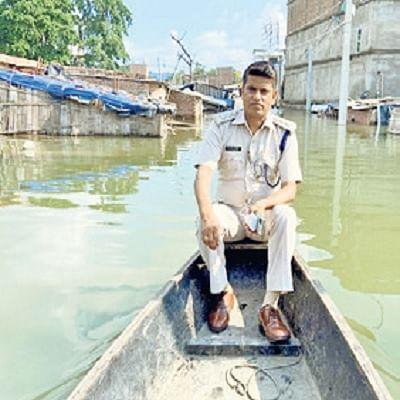 डीएसपी ने नाव से अहियापुर थाने का किया निरीक्षण