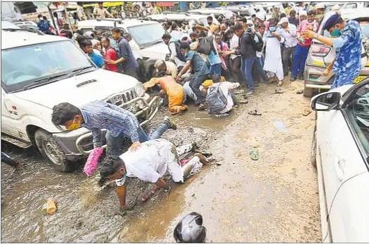 पटना में प्रदर्शन कर रहे पंचायत वार्ड सचिवों को पुलिस ने खदेड़-खदेड़ कर पीटा