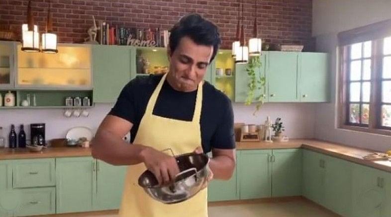 Birthday पर घर के बर्तन धोते नजर आएं Sonu Sood, वीडियो हुआ वायरल