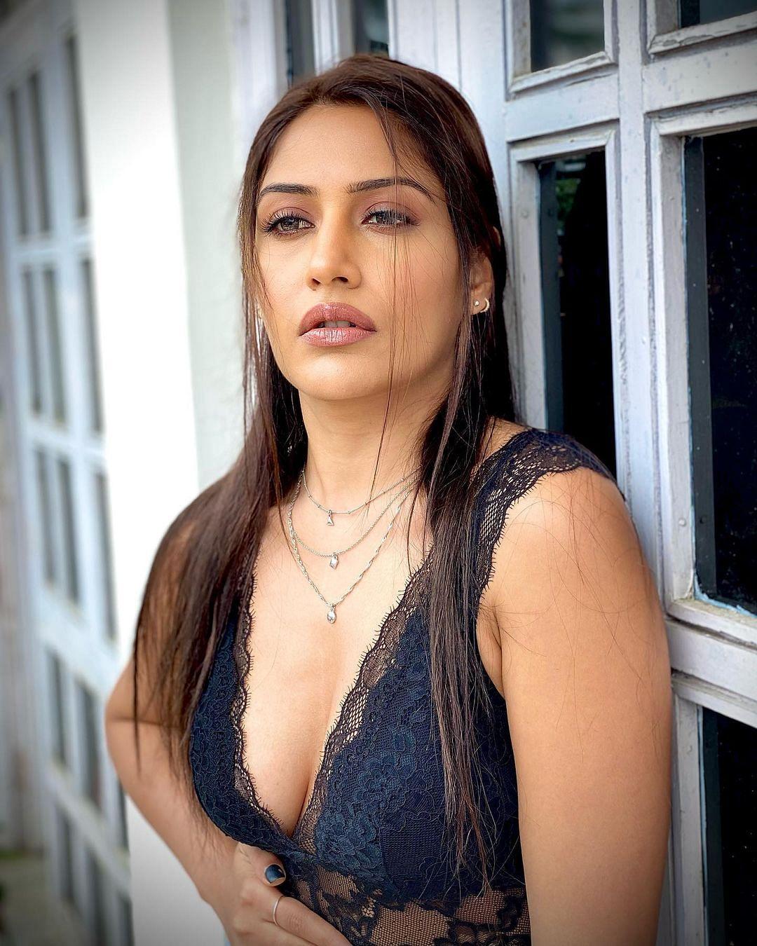 Surbhi Chandna ने ट्रांसपेरेंट ड्रेस में कराया ग्लैमरस फोटोशूट, एक्ट्रेस की इन तसवीरों पर दिल हार बैठे फैंस