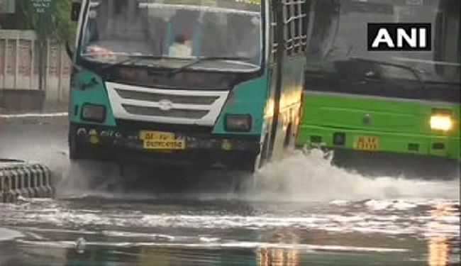 दिल्ली में तेज बारिश के बाद कई इलाकों में जलभराव, गाड़ियों की रफ्तार पर ब्रेक, गर्मी से राहत