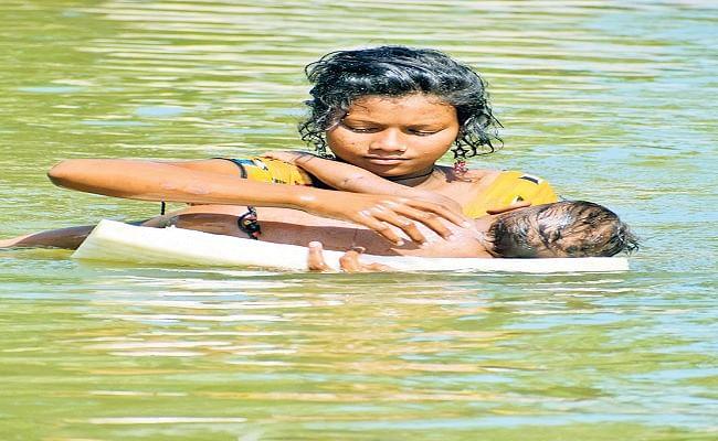 डेढ़ साल के भाई को बाढ़  से बचाने की जद्दोजहद