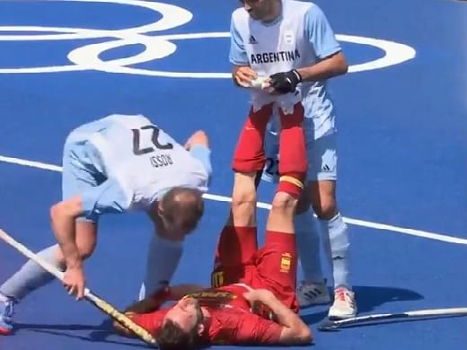 Tokyo Olympics 2020 में शर्मनाक घटना, अर्जेंटीना के खिलाड़ी ने स्पेनिश प्रतिद्वंद्वी को हॉकी स्टिक से मारा