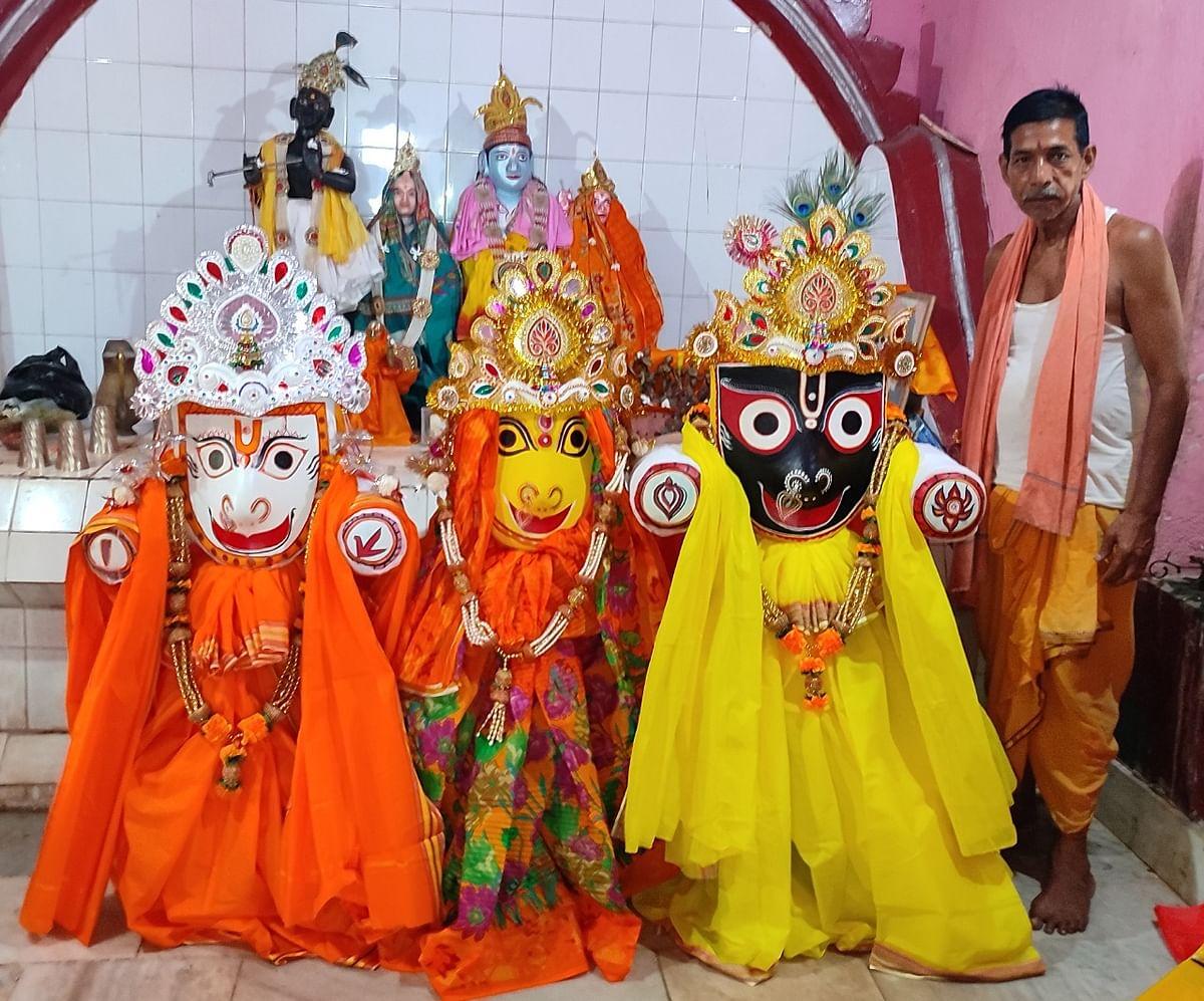 खरसावां राजवाड़ी परिसर स्थित जगन्नाथ मंदिर में आयोजित नेत्रोत्सव में पूजा करते पुरोहित