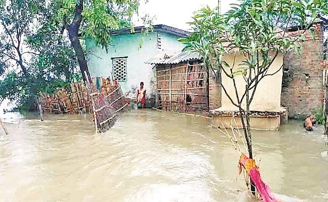 नेपाल में आयी बाढ़ से तबाह हो रहे बिहार के गांव, डूबने लगे घर, स्टेशन और स्कूलों में लोग काट रहे दिन