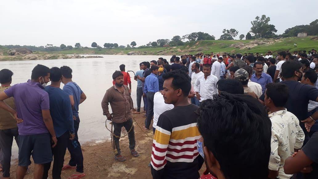 झारखंड में जन्मदिन की खुशियां मातम में बदलीं, बर्थडे मना रहे आठ युवकों में एक नदी में डूबा, खोजबीन जारी