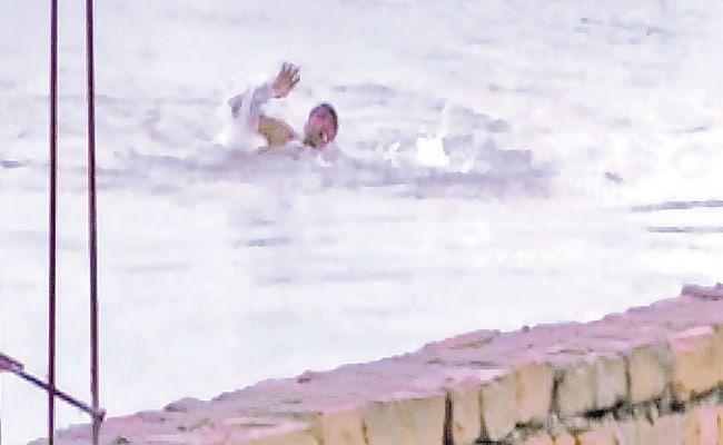 डूब रहा युवक जान बचाने की लगाता रहा गुहार, लोग मोबाइल से उसकी वीडियो बनाते रहे