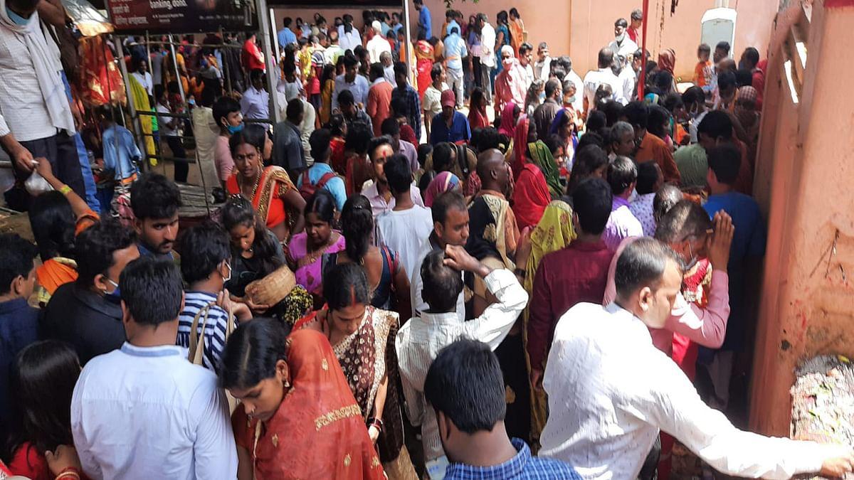 Jharkhand News : मां छिन्नमस्तिके मंदिर के द्वार पर पूजा-अर्चना करने जुटे श्रद्धालु.