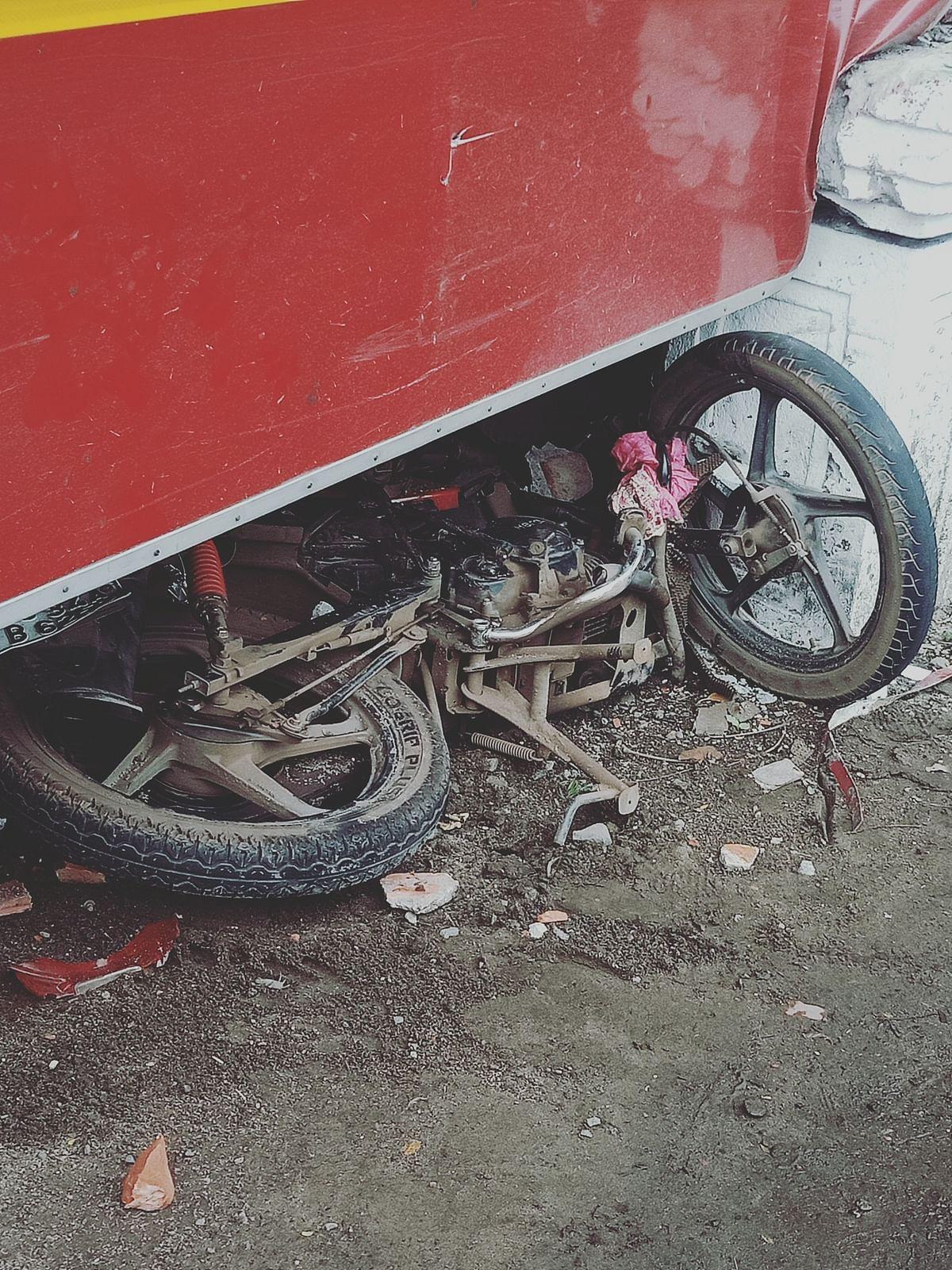 मिनी बस ने बाइक को रौंदा