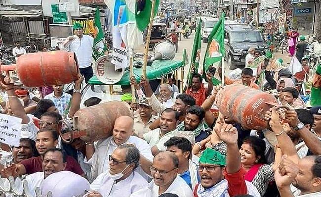 महंगाई के खिलाफ लगतार दूसरे दिन राजद का  पूरे बिहार में आंदोलन, कार्यकर्ताओं संग सड़क पर उतरे तेजस्वी यादव