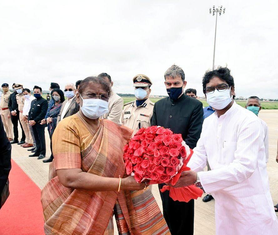 झारखंड की राज्यपाल द्रौपदी मुर्मू ओडिशा के पैतृक गांव के लिए हुईं रवाना, CM हेमंत सोरेन ने किया विदा