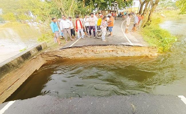 Bihar Flood: चंपारण में अंग्रेज जमाने का बना पुल ध्वस्त, नेपाल से आने वाली गाड़ियां भी रूकी, आवागमन बाधित