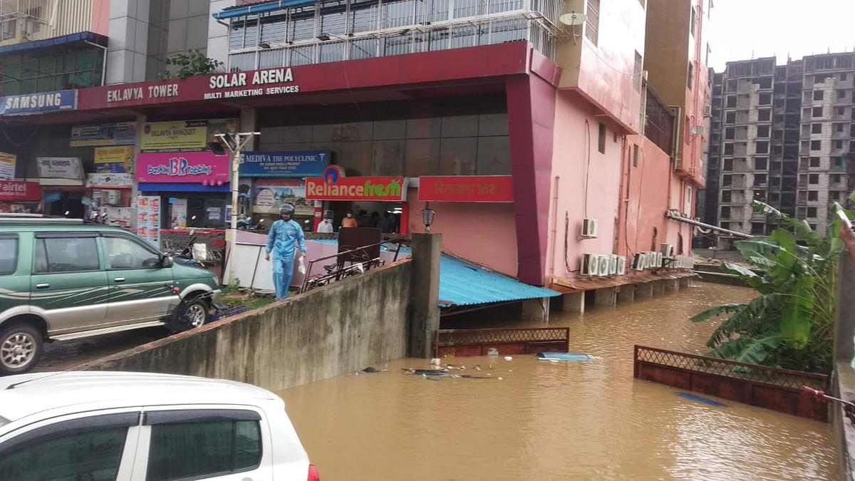 रांची के एकलव्य अपार्टमेंट का मेन गेट तक बारिश के कारण डूब गया.