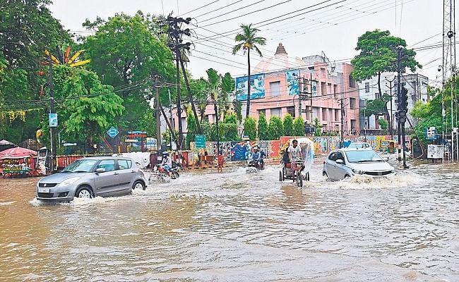 PHOTO: दो घंटे की बारिश से लबालब भरा पटना शहर, विधानसभा से लेकर साहबों के आवास में जमा पानी, देखें तसवीर