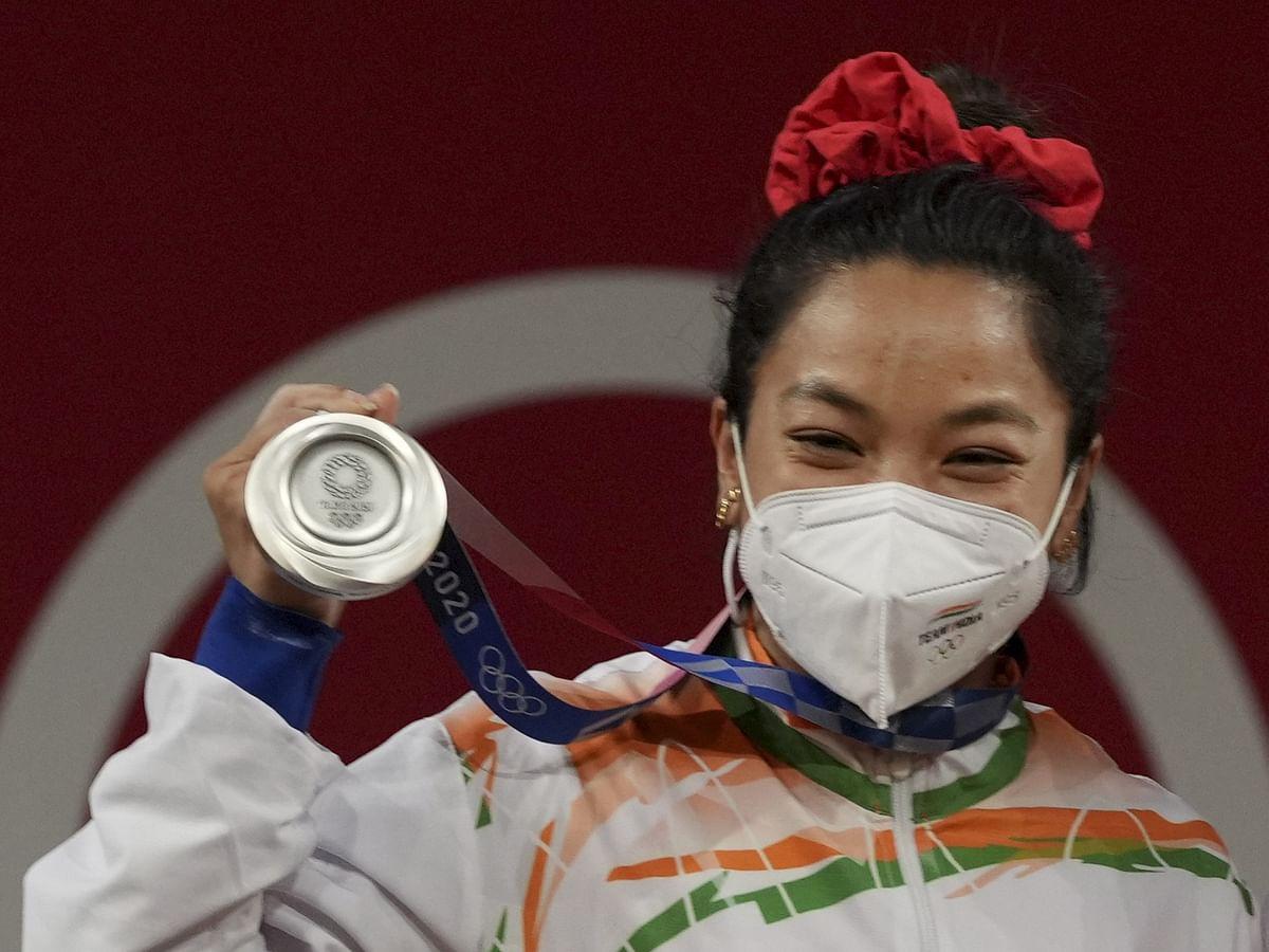 Tokyo Olympics में मीराबाई चानू ने देश को दिलाया पहला पदक, 21 साल का इंतजार खत्म, खुशी से झूमा पूरा देश