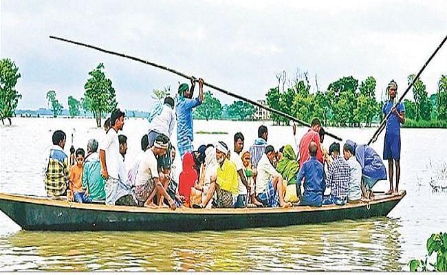Bihar Flood: मोतिहारी में दस पंचायतों के सवा लाख लोग झेल रहे बाढ़ की मार, संकट में नाव ही एक सहारा