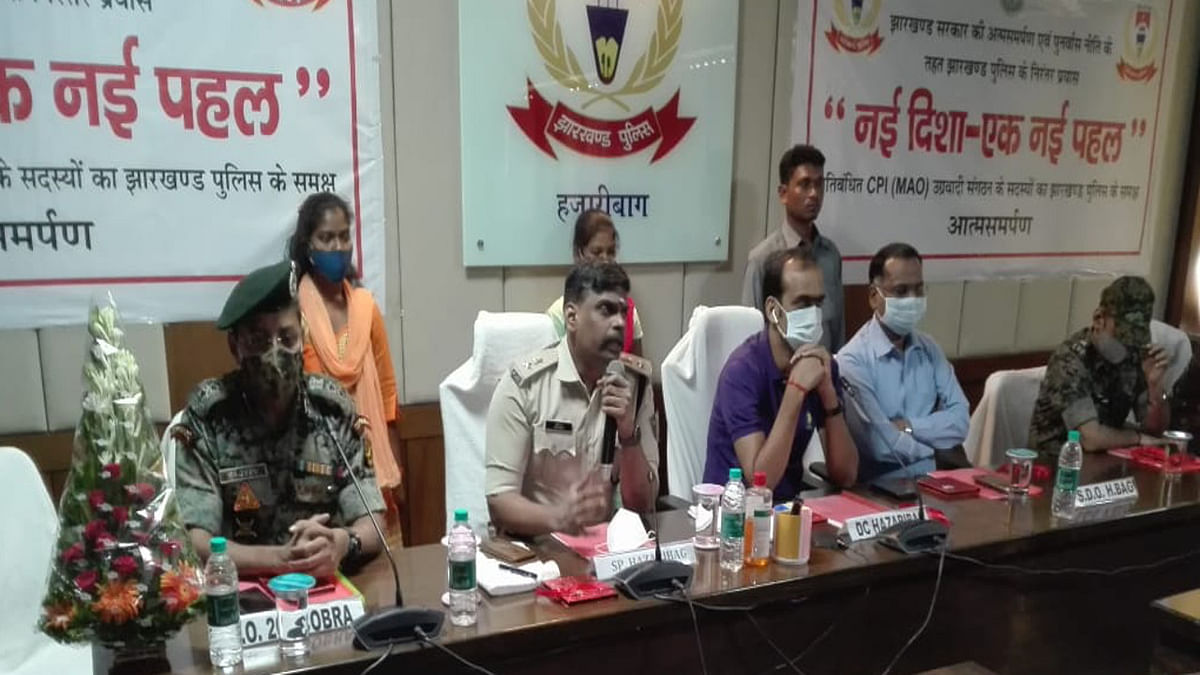 झारखंड पुलिस की 'नई दिशा एक पहल' का दिखा असर, इनामी महिला नक्सली समेत नागेश्वर गंझू ने किया सरेंडर