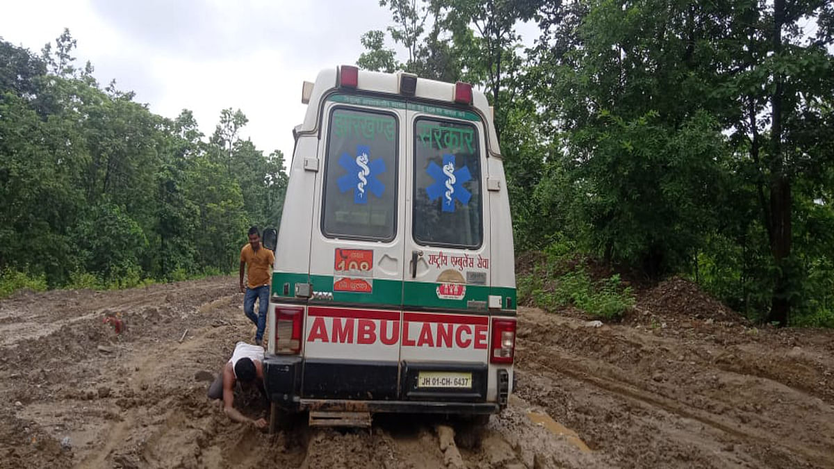 Jharkhand news : कीचड़ में फंसे एंबुलेंस को निकालने का प्रयास करते चालक.