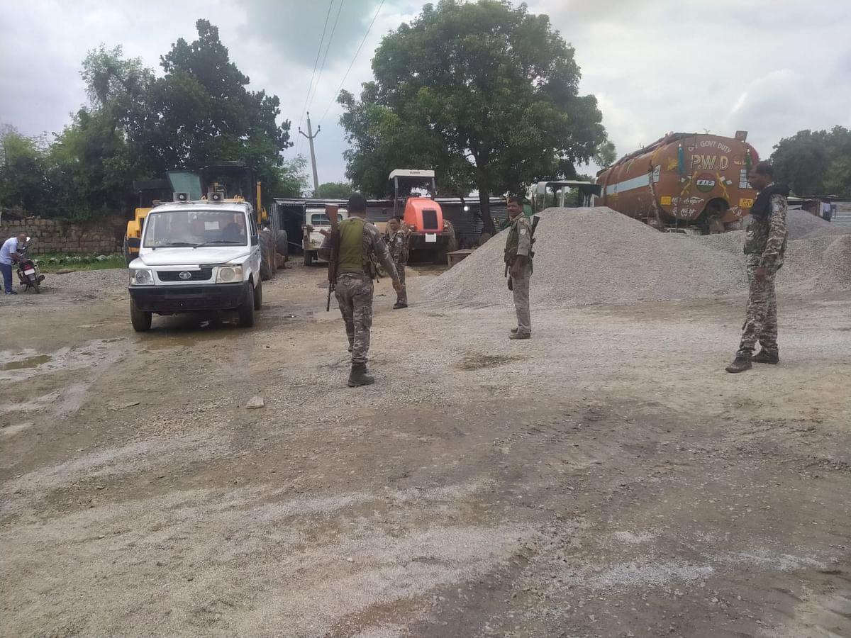 अपराधियों के तांडव के बाद गढ़वा में धुरकी-बिलासपुर सड़क निर्माण का कार्य बंद, कर्मियों में दहशत, पुलिस तैनात