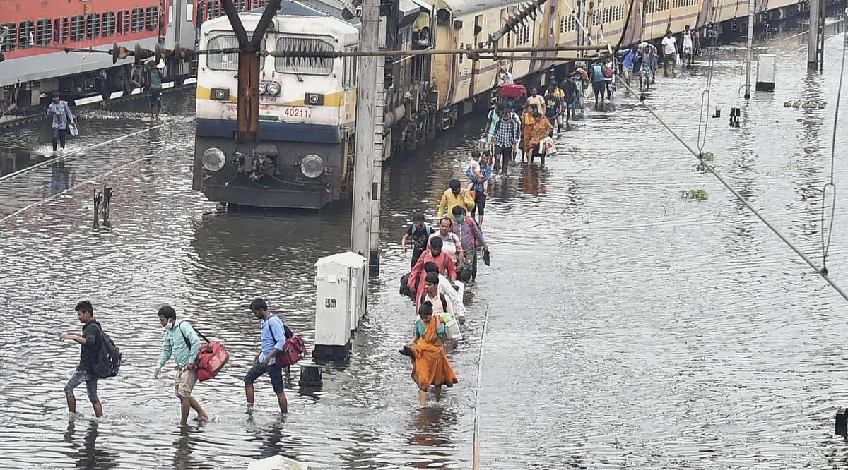 इक्का-दुक्का ट्रेनों को मैनुअल पद्धति से हावड़ा स्टेशन से बाहर निकाला गया