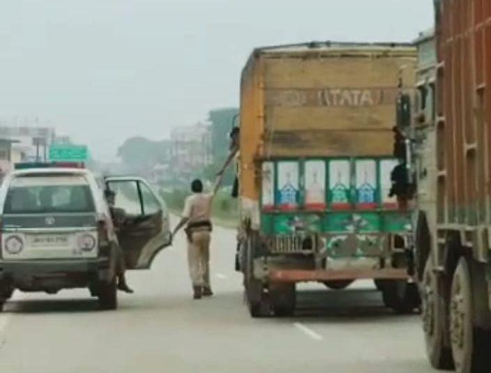 झारखंड में गोवंशीय पशुओं से लदे ट्रक से वसूली करते पुलिसकर्मी का वीडियो VIRAL