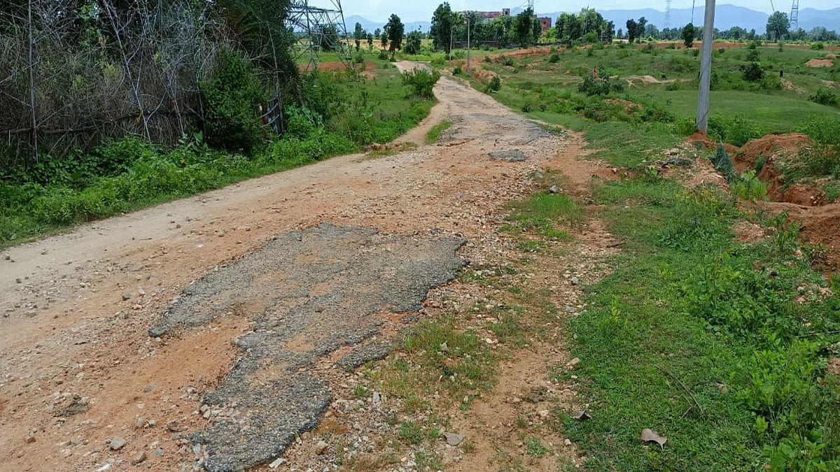 लातेहार में कस्तूरबा व नवोदय विद्यालय को जोड़ने वाली सड़क का नामोनिशान मिटा, बारिश में चलना हुआ दूभर