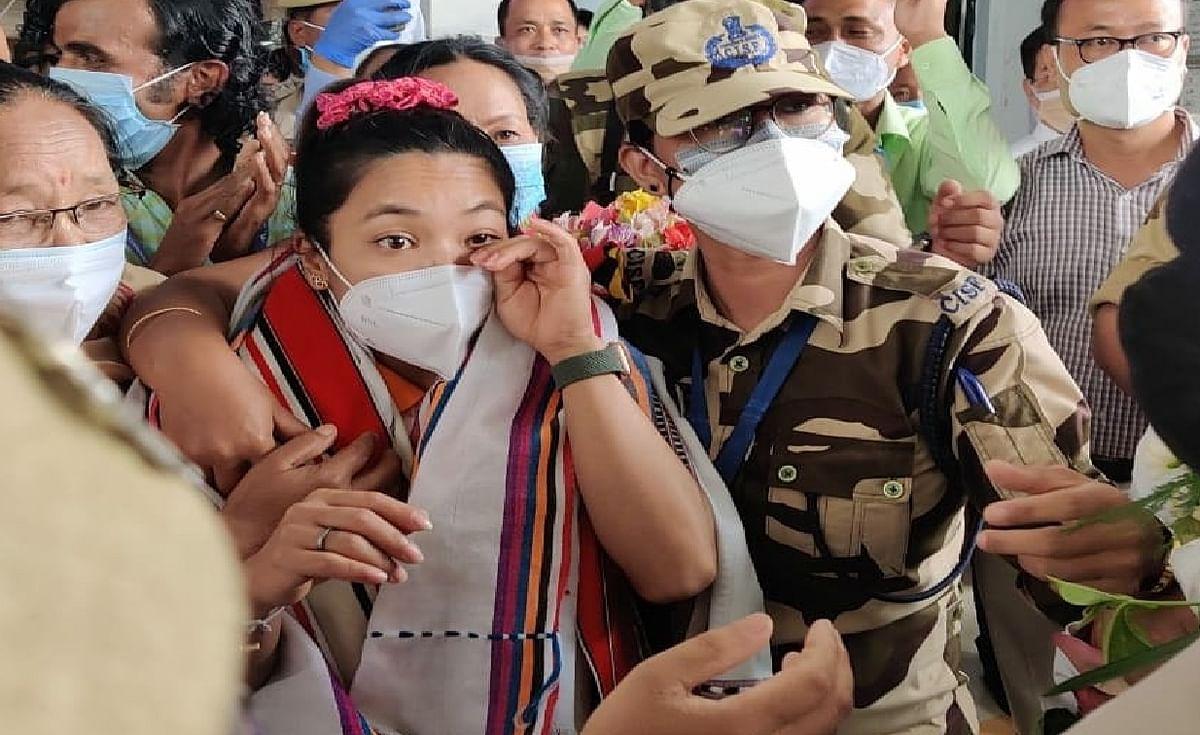Tokyo Olympics : 5 साल बाद गांव पहुंची मीराबाई चानू मां से मिलकर हुई भावुक, 'सिल्वर गर्ल' का भव्य स्वागत