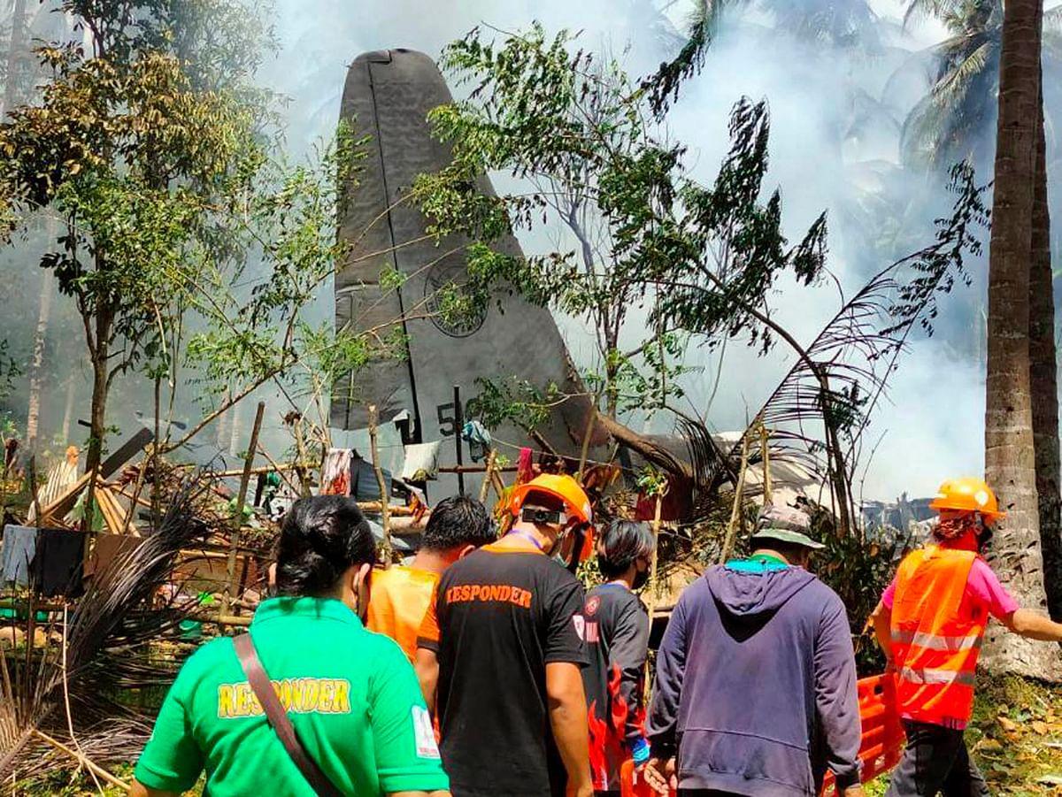 Philippines : विमान के क्रैश होने से लगी आग, सैनिक विमान से कूदते आये नजर, 45 की मौत