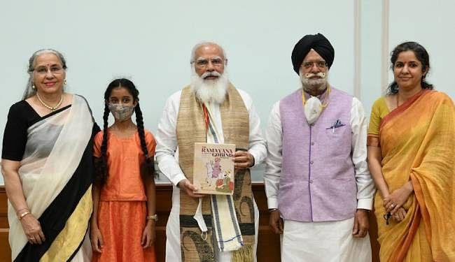 PM मोदी को भेंट की गयी केटीएस तुलसी की मां की लिखी पुस्तक 'द रामायण ऑफ श्री गुरु गोबिंद सिंह जी' की पहली प्रति