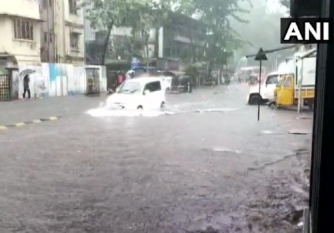 Mumbai rain news: जलमग्न हुई मुंबई बढ़ी परेशानी, कई रूट डायवर्ट