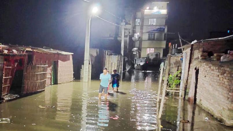 बाढ़ का पानी थाने में घुसा, थाना छोड़कर भागे पुलिस वाले