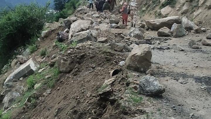 हिमाचल प्रदेश में भूस्खलन, टेंपो पर गिरी चट्टान, नौ की मौत, वीडियो वायरल