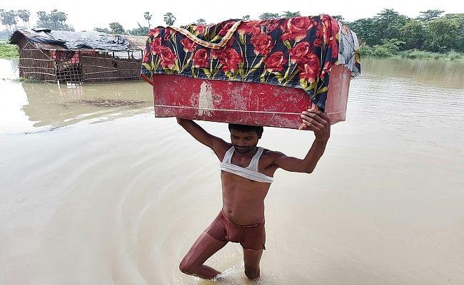 Bihar Flood: बाढ़ के पानी में घिरे मोतिहारी के 140 गांव, मुसीबत में सवा छह लाख लोग, पलायन जारी