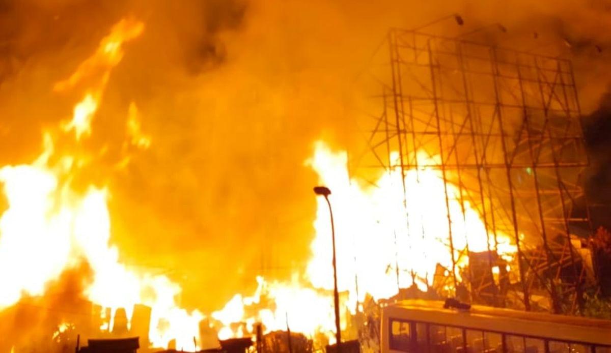 जोरदार विस्फोट के बाद 35 से अधिक झोड़पियां जलकर राख, दो दमकल कर्मी समेत छह घायल