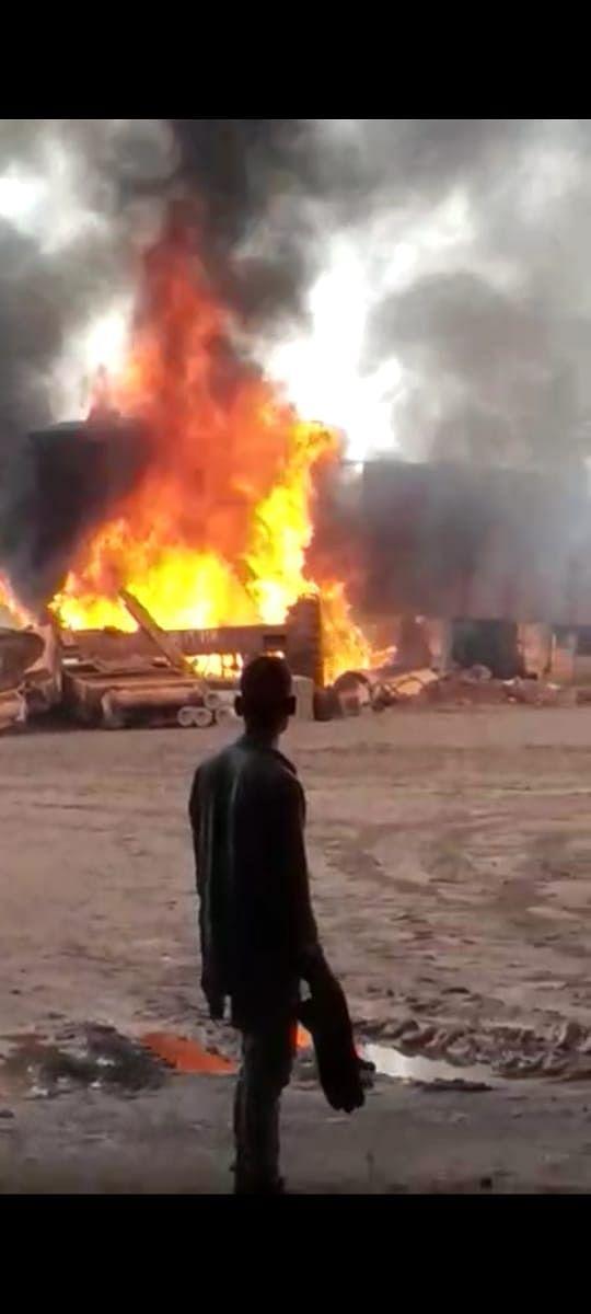 झारखंड की किरीबुरु खदान के स्क्रैप यार्ड में आग लगने से मची अफरा-तफरी, आग पर पाया गया काबू, टला बड़ा हादसा
