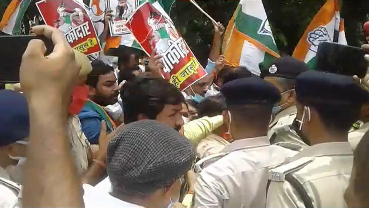 Pegasus Spy Case: पटना में राजभवन मार्च के लिए निकले कांग्रेस कार्यकर्ताओं के साथ पुलिस की धक्का मुक्की