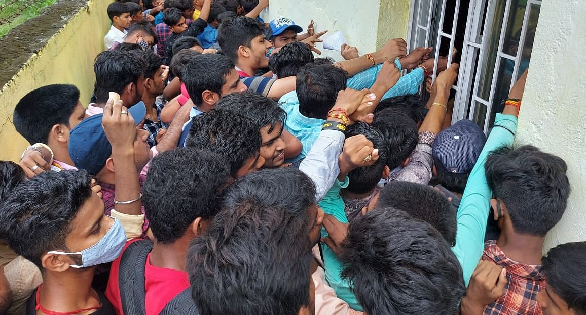 BSEB News: इंटर में नामांकन को लेकर कॉलेजों में मारामारी, गोपालगंज में भीड़ कंट्रोल के लिए बुलानी पड़ी पुलिस