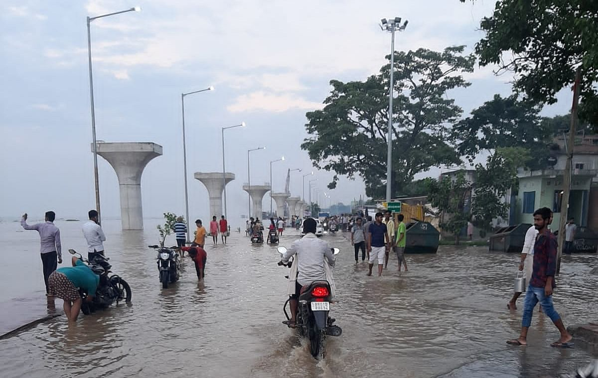 फुटपाथ में घुसा पानी