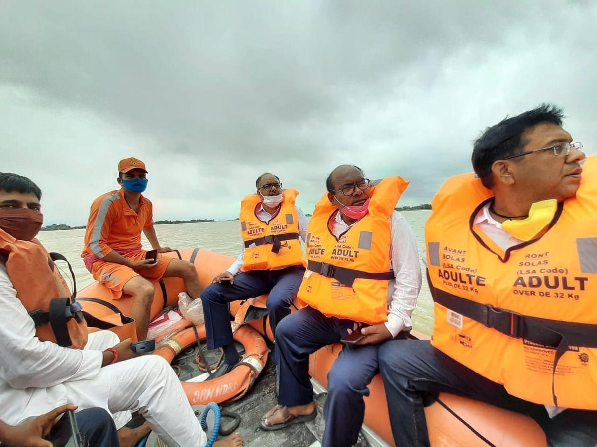 बाढ़ प्रभावित क्षेत्रों का निरीक्षण करते पटना के डीएम