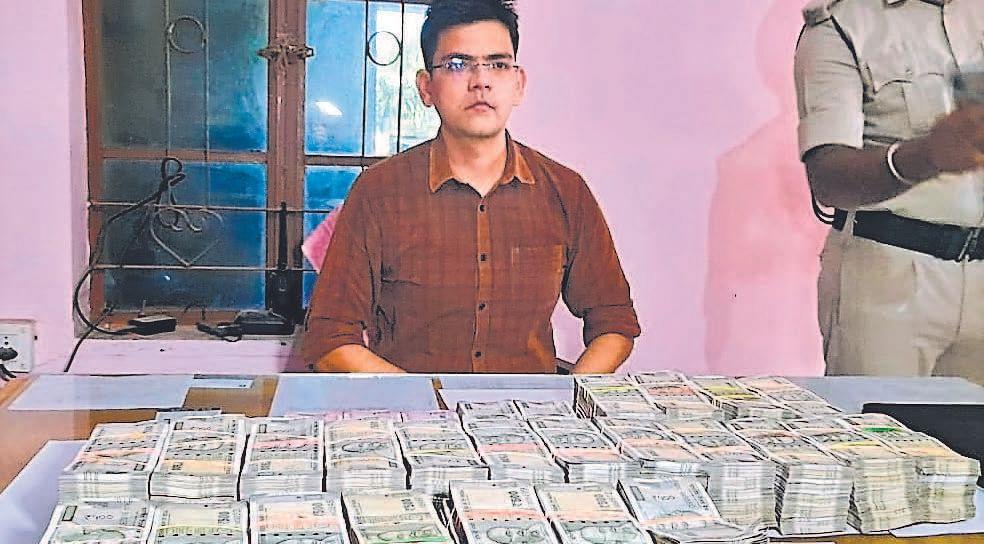 पुलिस ने पूछा- कहां से लाये थे इतने सारे रुपये इंजीनियर ने कहा- मैं बोलूंगा तो विस्फोट होगा