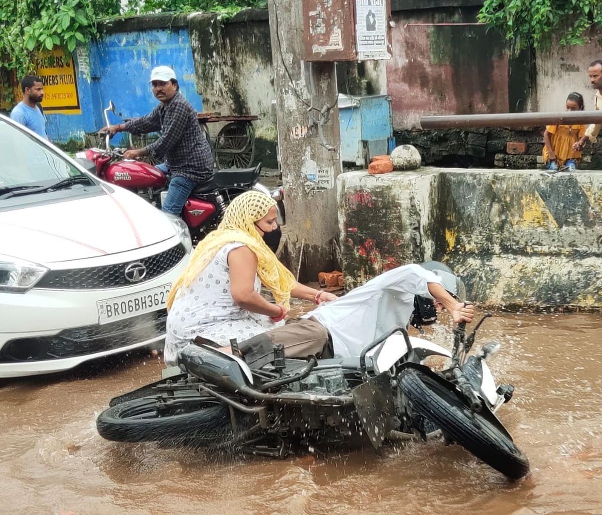 सड़क पर पानी भर जाने के कारण हादसे के शिकार हो रहे लोग